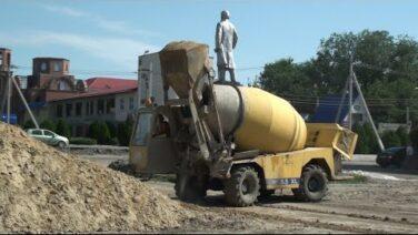 На ремонте парка в посёлке Гигант строители готовятся приступить к укладке тротуарной плитки