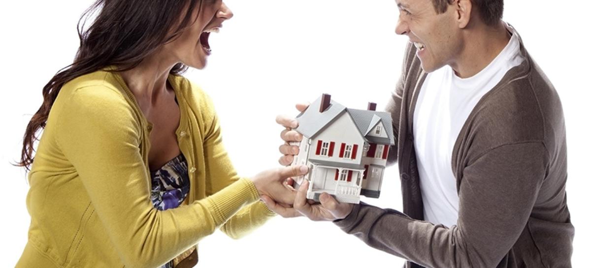 Супругам при разводе запретили делить самовольные постройки