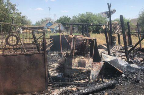 В Сальском районе от загоревшейся травы запылали два двора