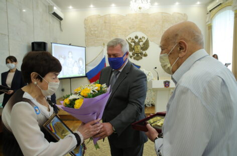 Василий Голубев поздравил юбиляров семейной жизни