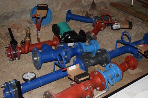 Начали с отопления. Предстоит ещё заменить трубы холодного и горячего водоснабжения и канализацию