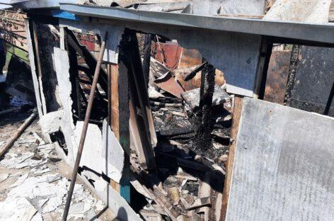 В хуторе Новоярки Сальского района возгорание тушили и жители, и пожарные