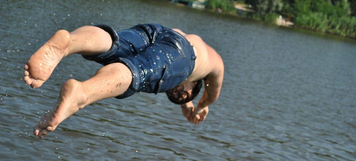 В Сальске 35-летний мужчина нырнул в воду и попал в реанимацию