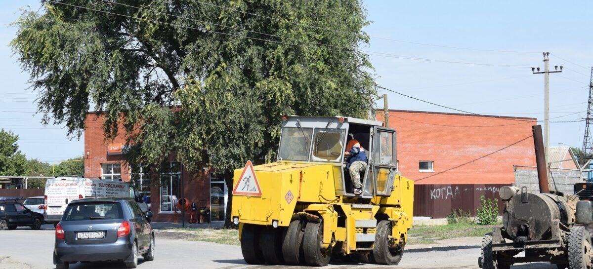 Сальские коммунальщики избавили горожан от ямы после ремонта канализации на пересечении улиц Дзержинского и Курышко