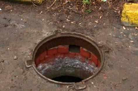 В Сальске подросток не заметил открытый люк и провалился в него