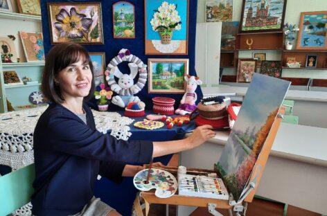 И вяжет, и рисует: сальчанка Марина Воевода рассказала о своих увлечениях и флюид-арте