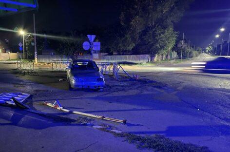 В Сальске 22-летний водитель сбил знак и повредил ограждение