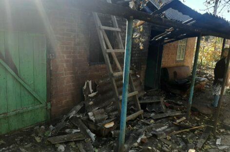 В Сальском районе, в хуторе Маяк, горел навес у летней кухни
