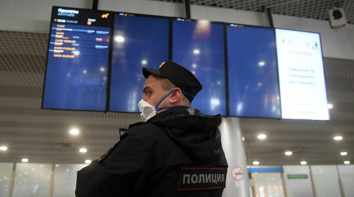 В аэропорту Платов транспортные полицейские привлекли к административной ответственности гражданина